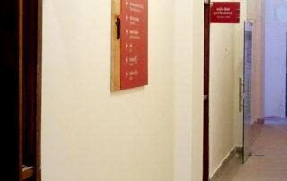 Corredor com placas bandeira e diretório de parede