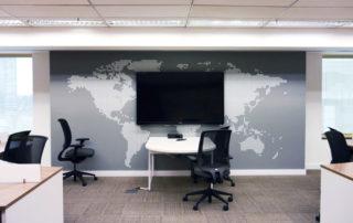 Mapa mundi aplicado na parede do escritório
