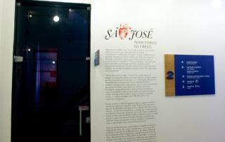 Placa bandeira e diretório de parede