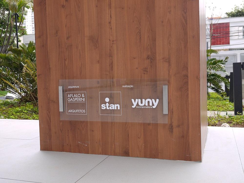 Placa com logotipo das incorporadoras e arquitetos