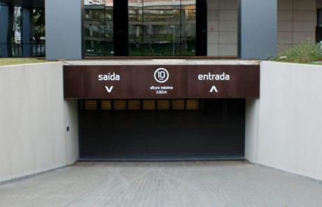 Placa de saída e entrada do estacionamento