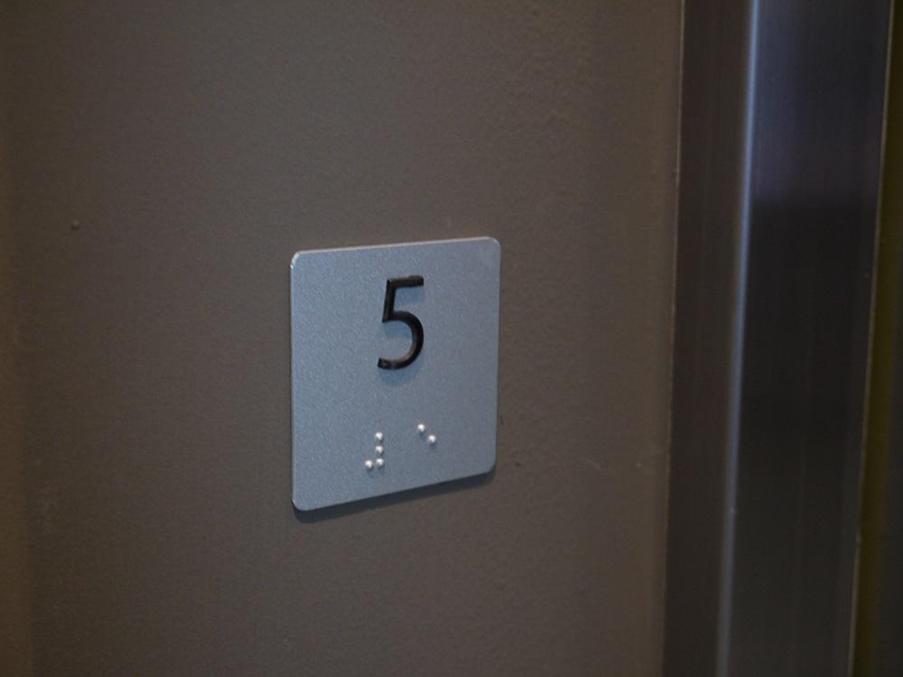 Placa indicativa com braille
