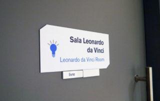 Placa indicativa de porta com trilho livre-ocupado