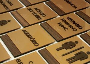 Placas indicativas com braille